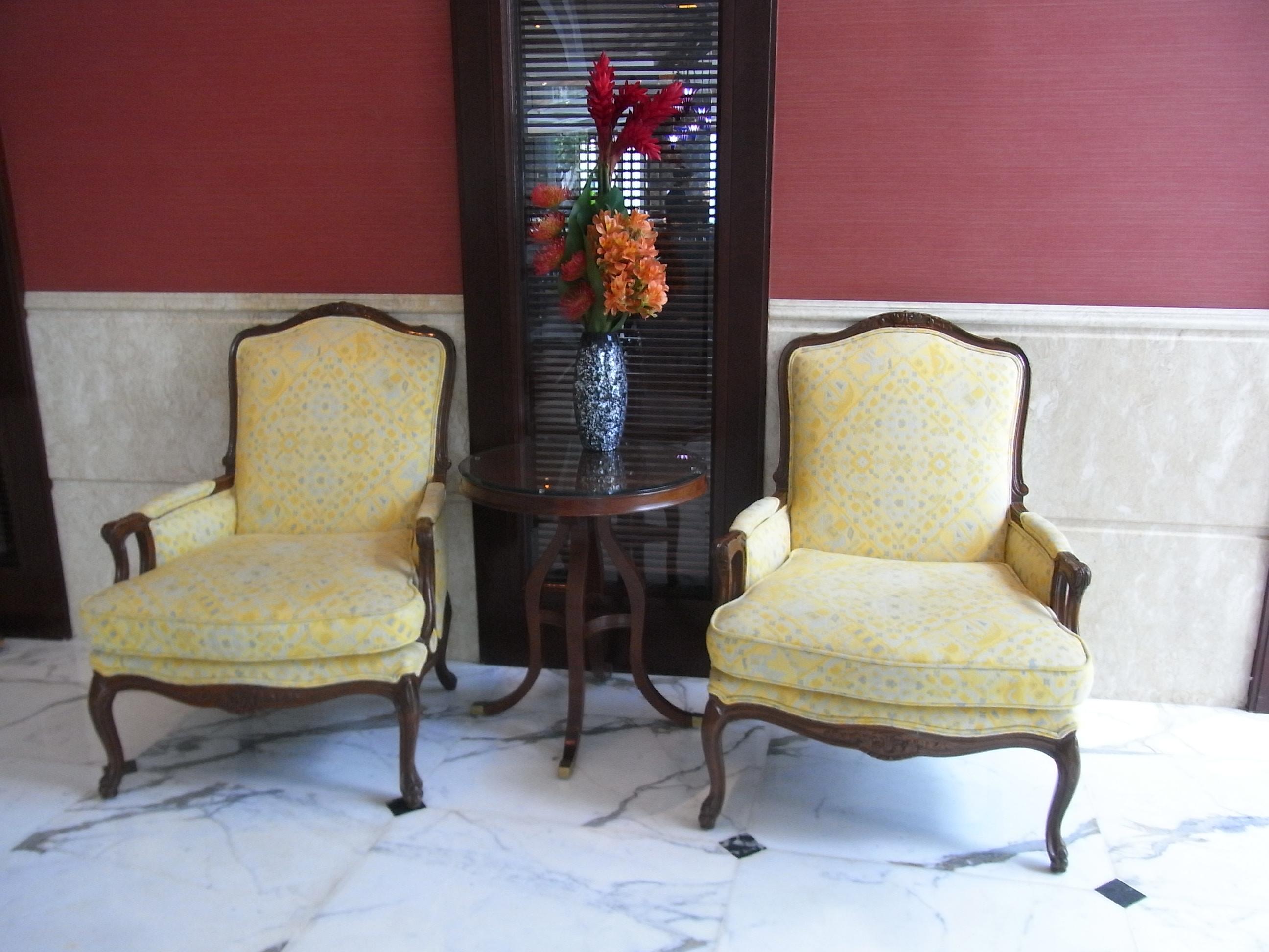 Filehk admiralty island shangri la hotel interior furniture talbe n armchairs aug 2012 jpg