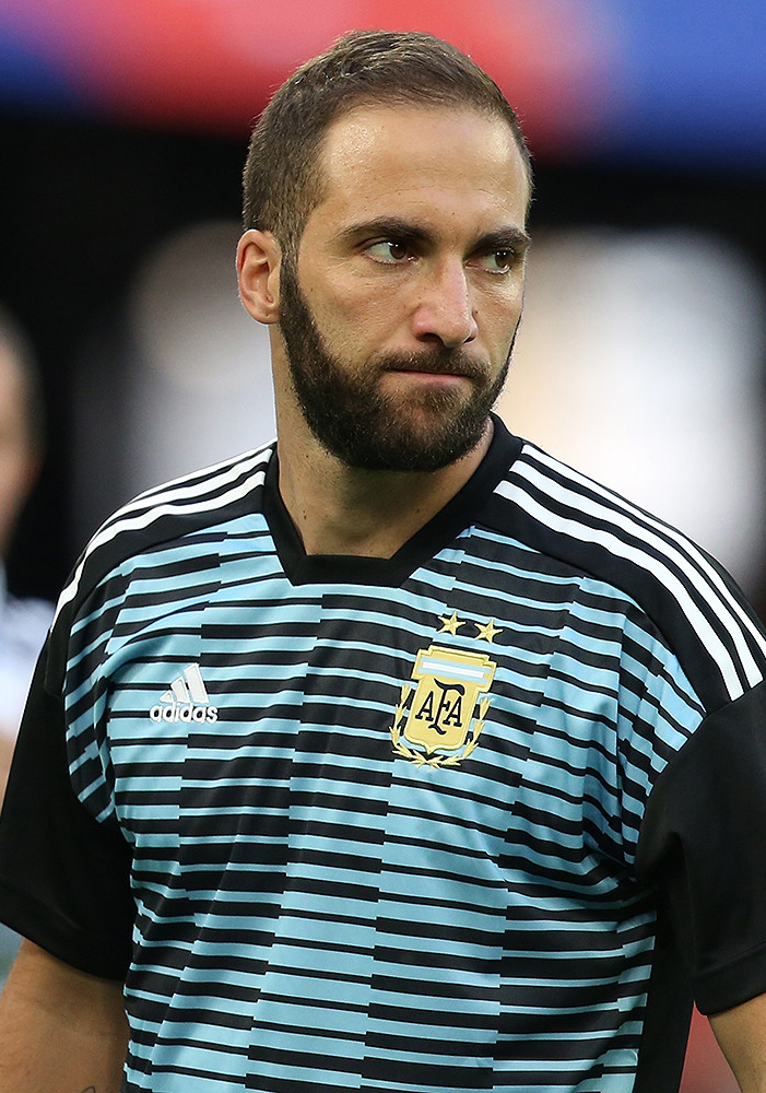The 30-year old son of father Jorge Higuaín and mother Nancy Zacarías Gonzalo Higuaín in 2018 photo. Gonzalo Higuaín earned a 5.5 million dollar salary - leaving the net worth at 16 million in 2018