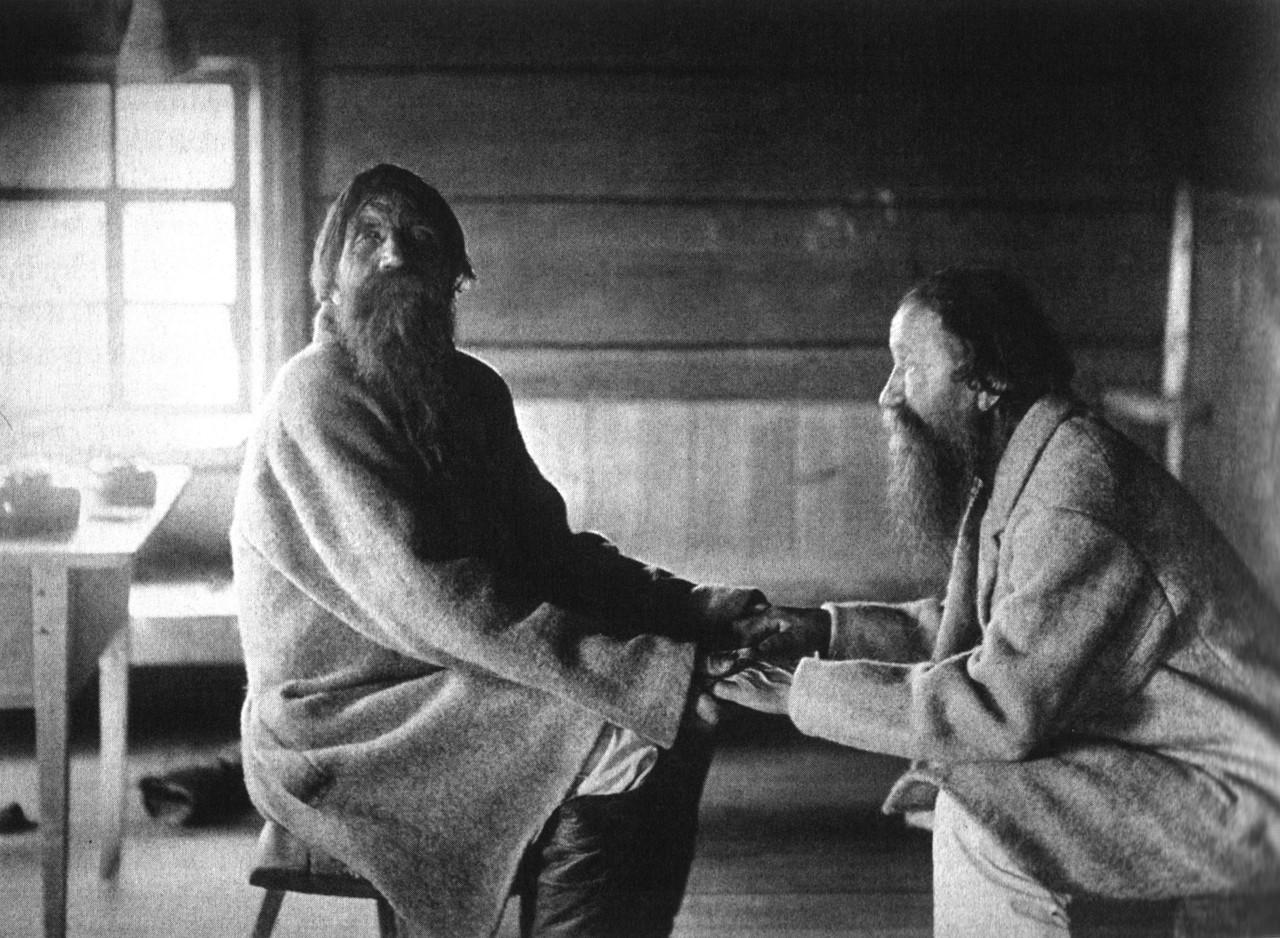 Os irmãos Poavila and Triihvo Jamanen recitando poesia folcórica finlandesa em Uhtua (Kalevala), atual República da Carélia, Rússia [1894].