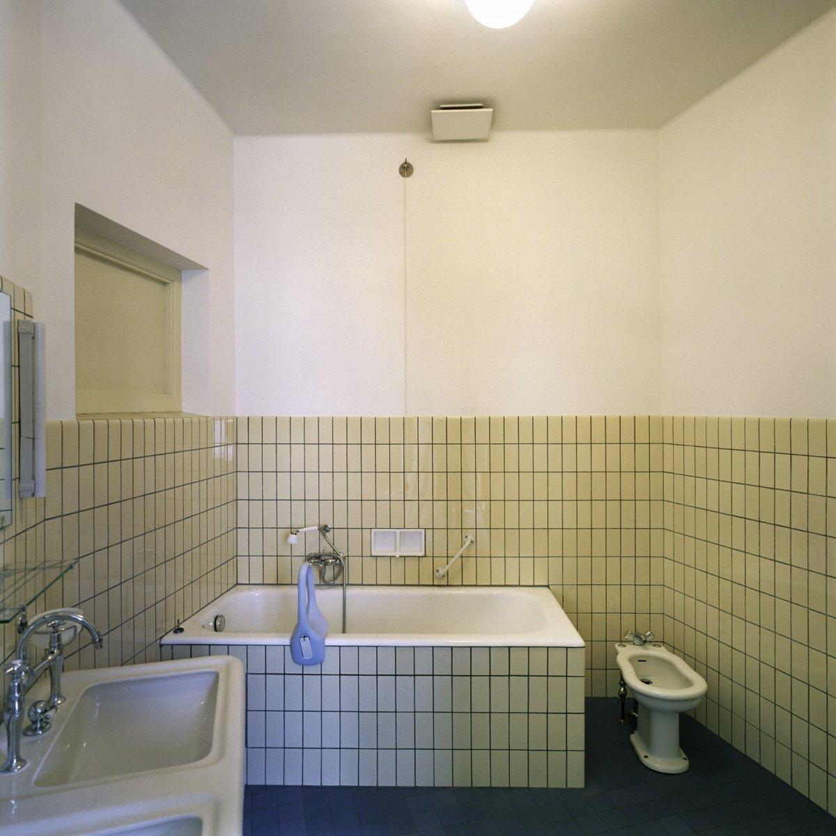File interieur overzicht van de badkamer die hoort bij de ruimte flat 2 genaamd gelegen aan de - Interieur badkamer ...