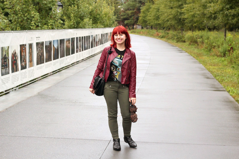 File:Khaki Green Skinny Jeans, Pointed Ankle Boots, Graphic Tee, and a Burgundy Faux Leather Jacket (22462910772).jpg