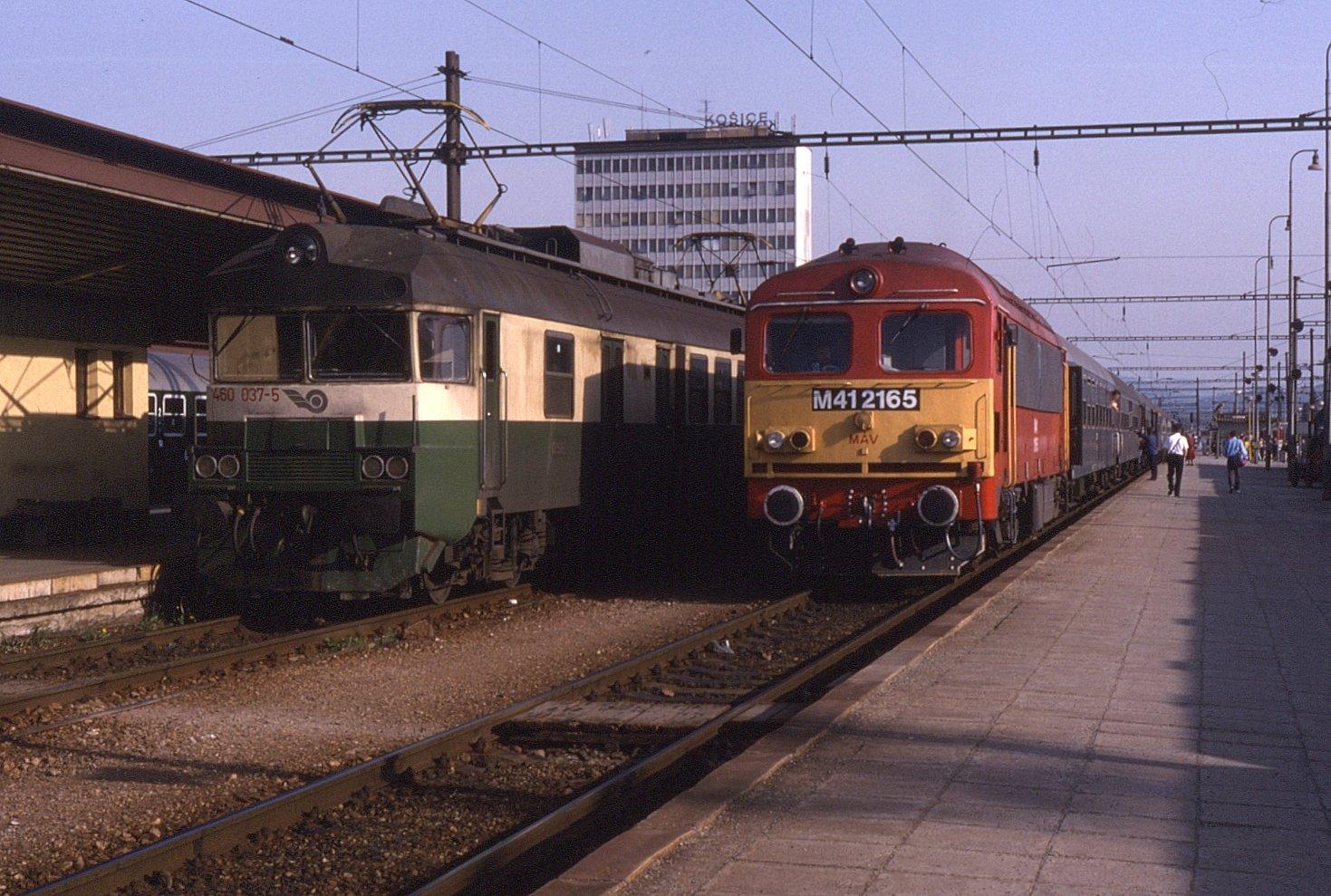 File:Košice, nádraží, jednotka 460.037 a vlak s lokomotivou M41 2165.jpg
