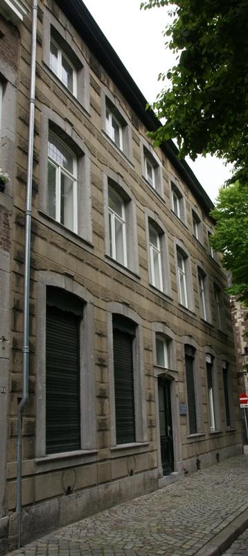Huis met brede lijstgevel voorzien van hardstenen segmentboogomramingen en een ingang met - Huis ingang ...