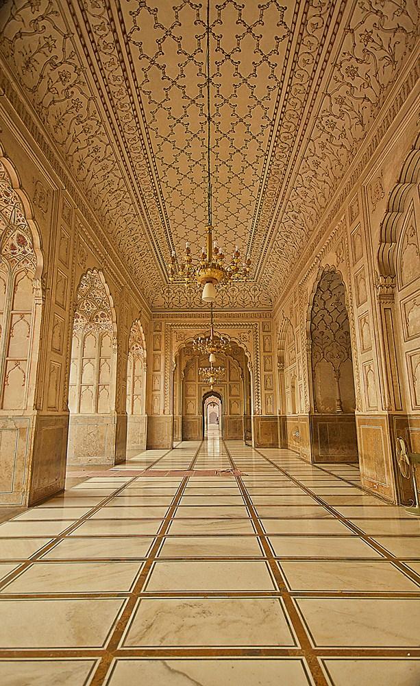 The Great hall in Badshahi Mosque.jpg