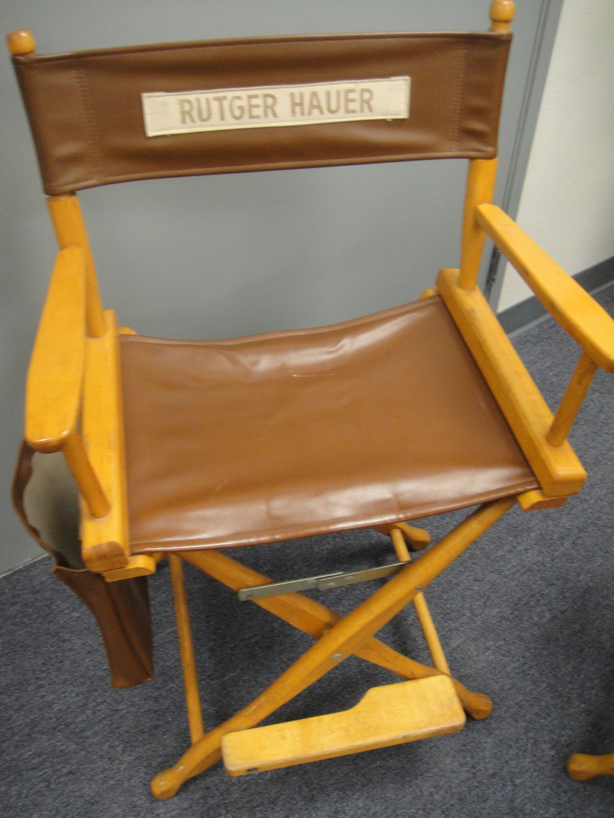 File:The Prop Store of London - LA - Rutger Hauers chair from Blade ...