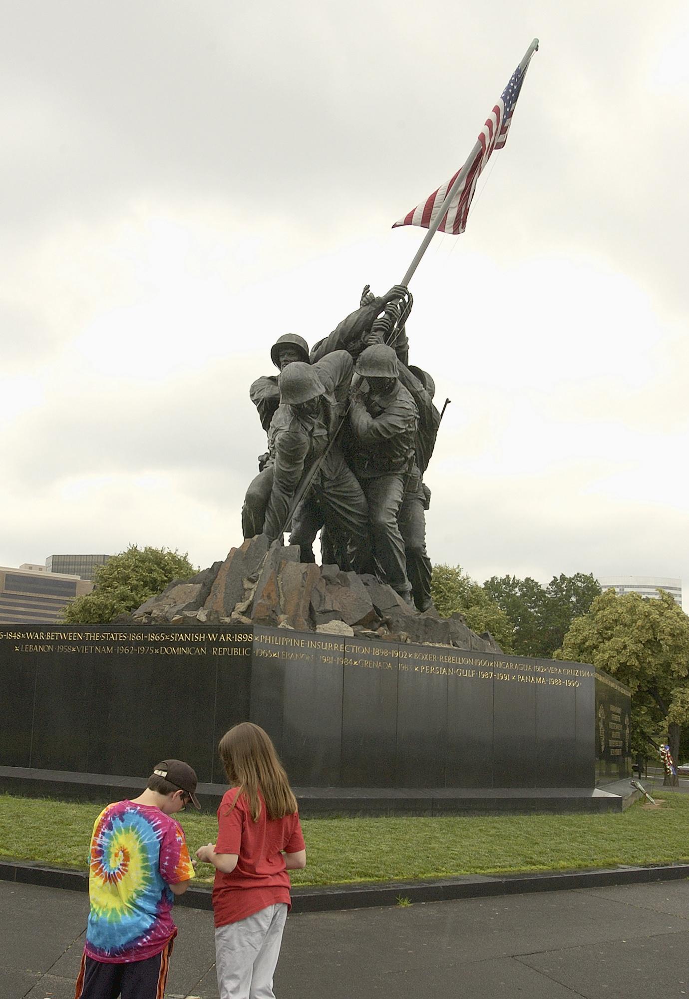 Fileus Navy 030617 N 9593r 088 The Marine Corps War Memorial Stands