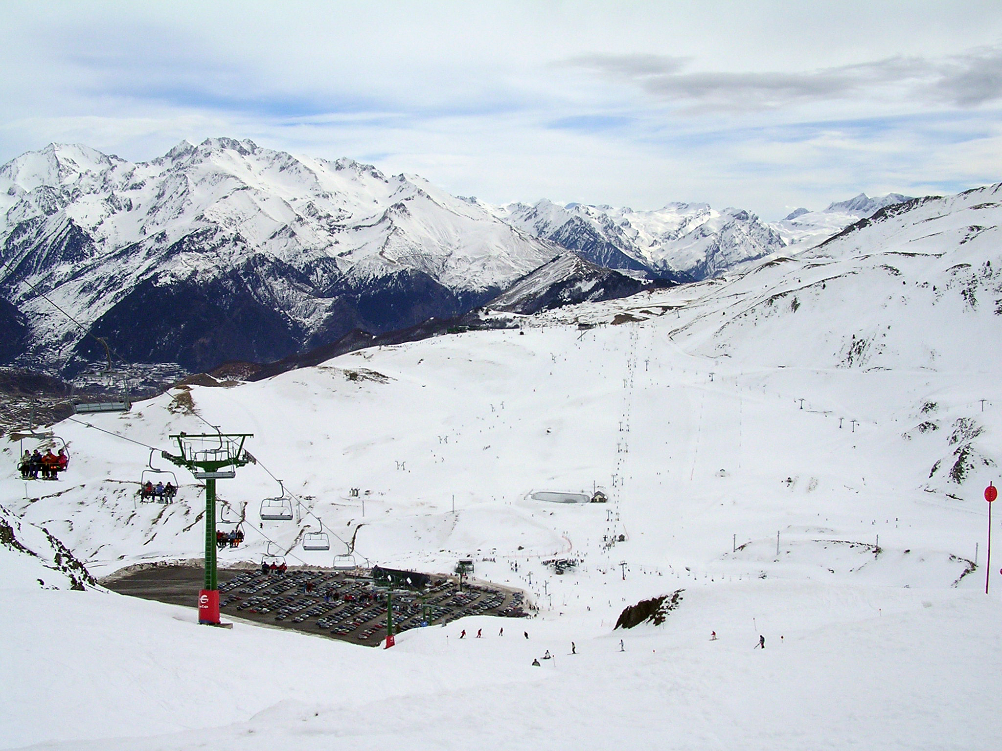 File Vista De La Estación De Esquí De Formigal Desde La Pista Del Collado Jpg Wikimedia Commons