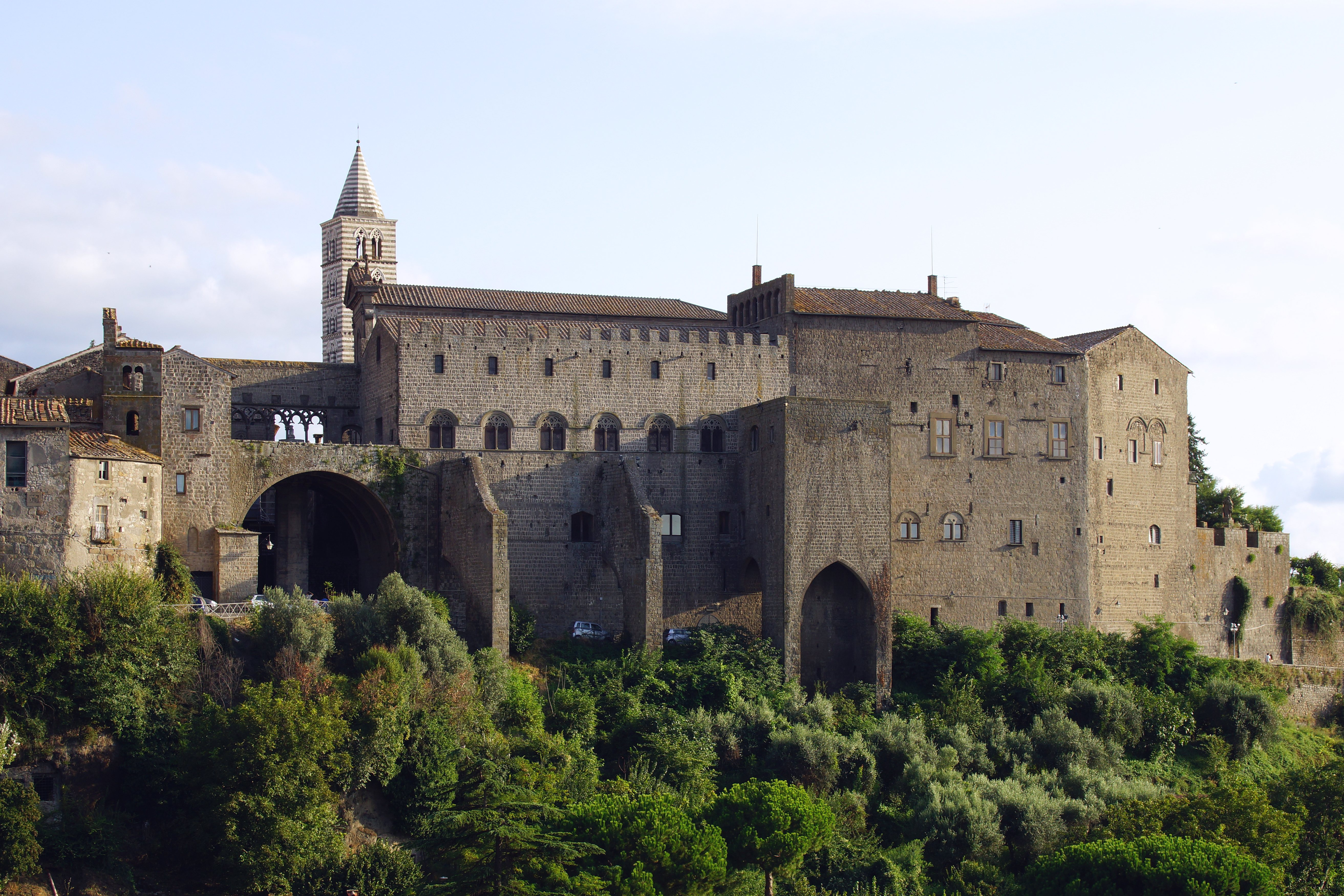 https://upload.wikimedia.org/wikipedia/commons/f/fe/Viterbo_Palast_der_P%C3%A4pste_1255-66_Turm_Cattedrale_di_San_Lorenzo_Duomo_di_Viterbo_Foto_Wolfgang_Pehlemann_DSC00065.jpg
