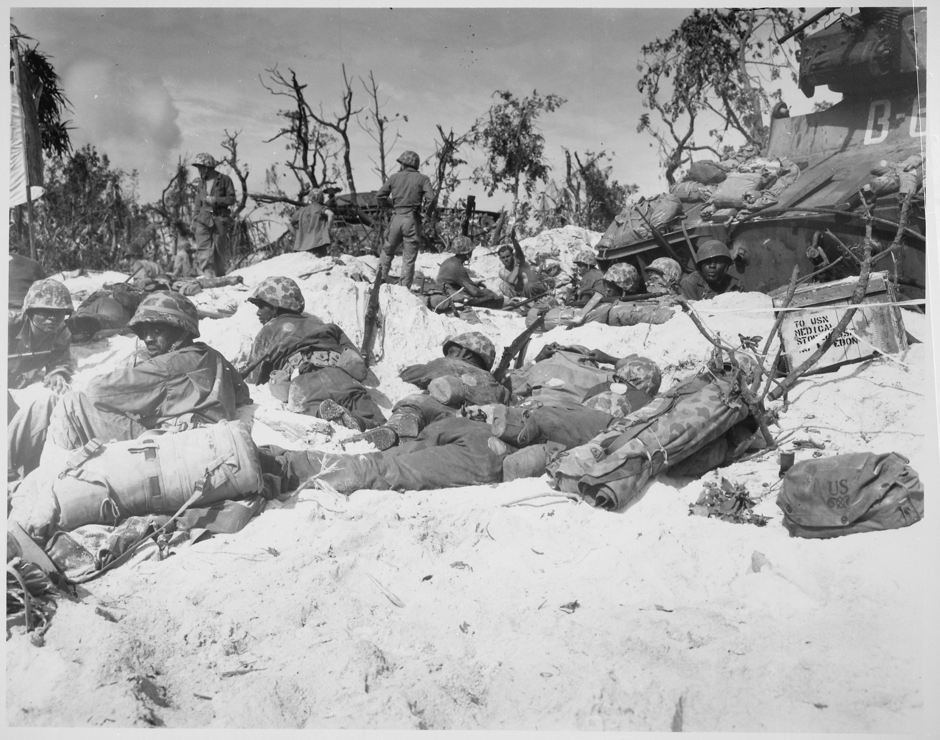 File Quot Peleliu Island Marines Move Through The Trenches