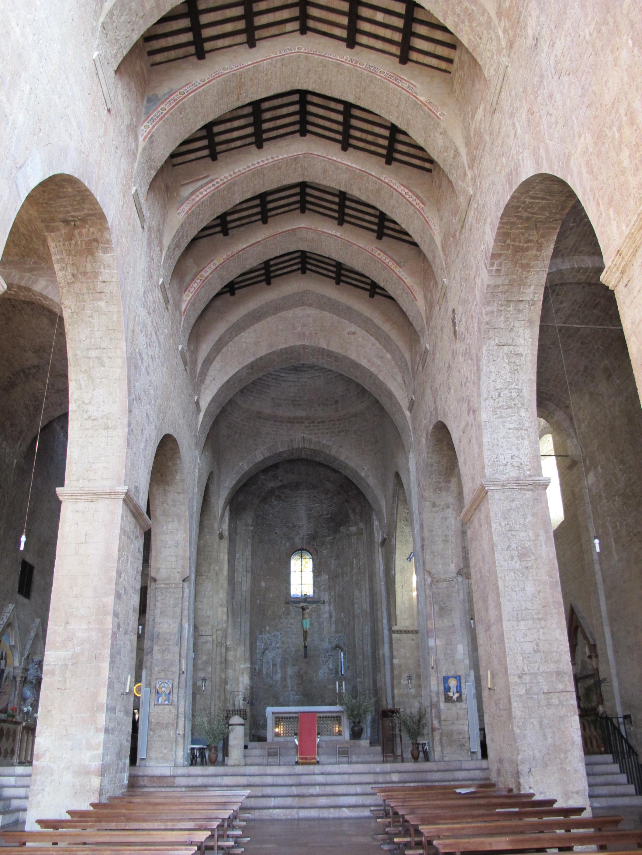 File assisi san pietro interno 02 jpg wikimedia commons for Interno san pietro