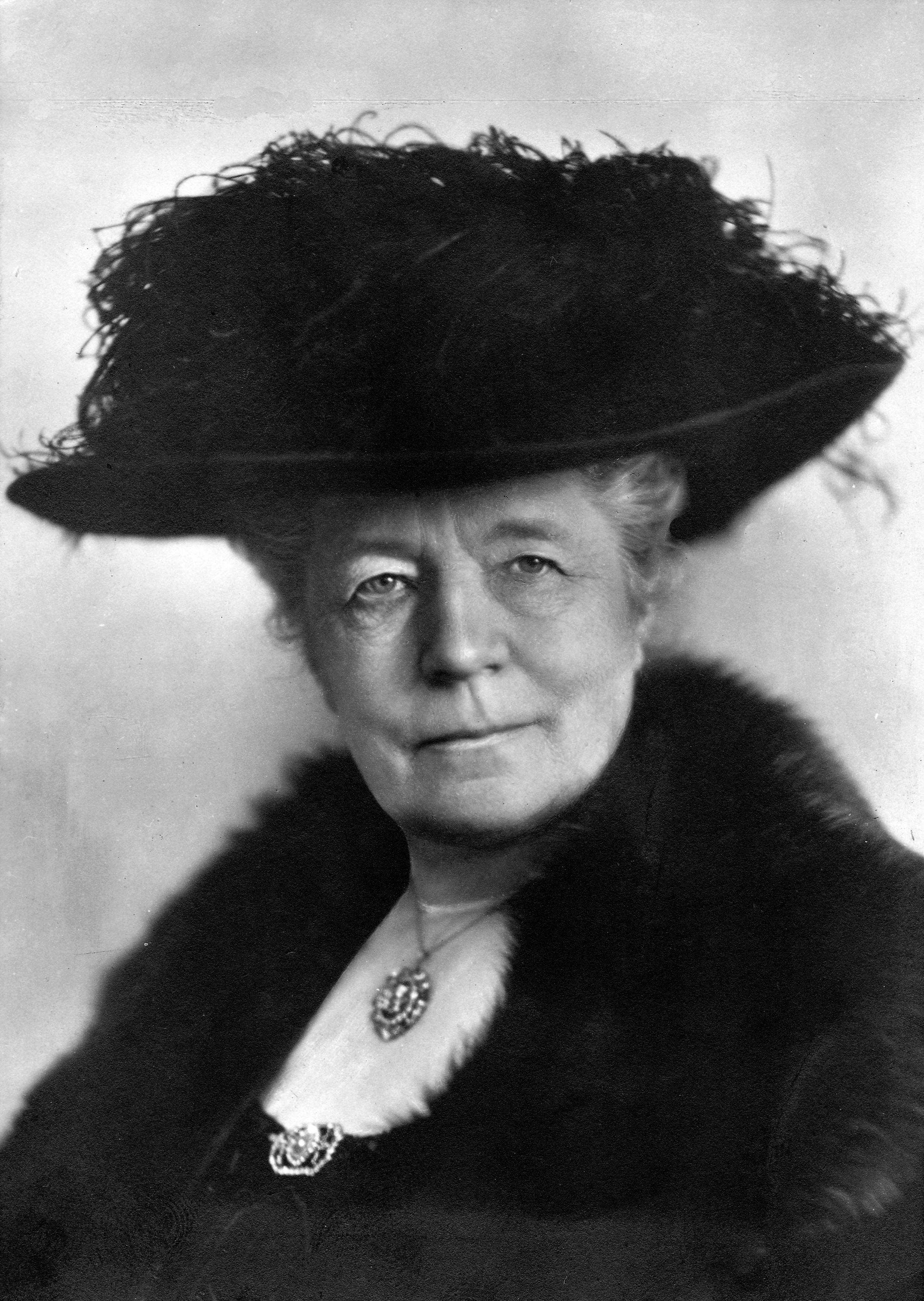http://upload.wikimedia.org/wikipedia/commons/f/ff/Atelje_Jaeger_-_Selma_Lagerl%C3%B6f_1928.jpeg