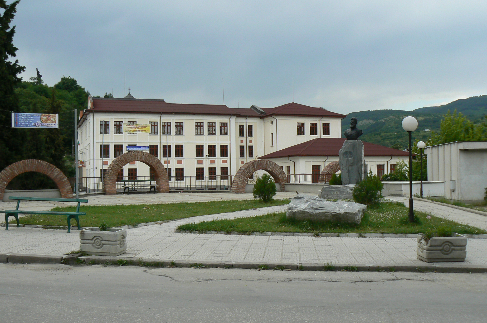 Description belovo-bulgaria-school-monument
