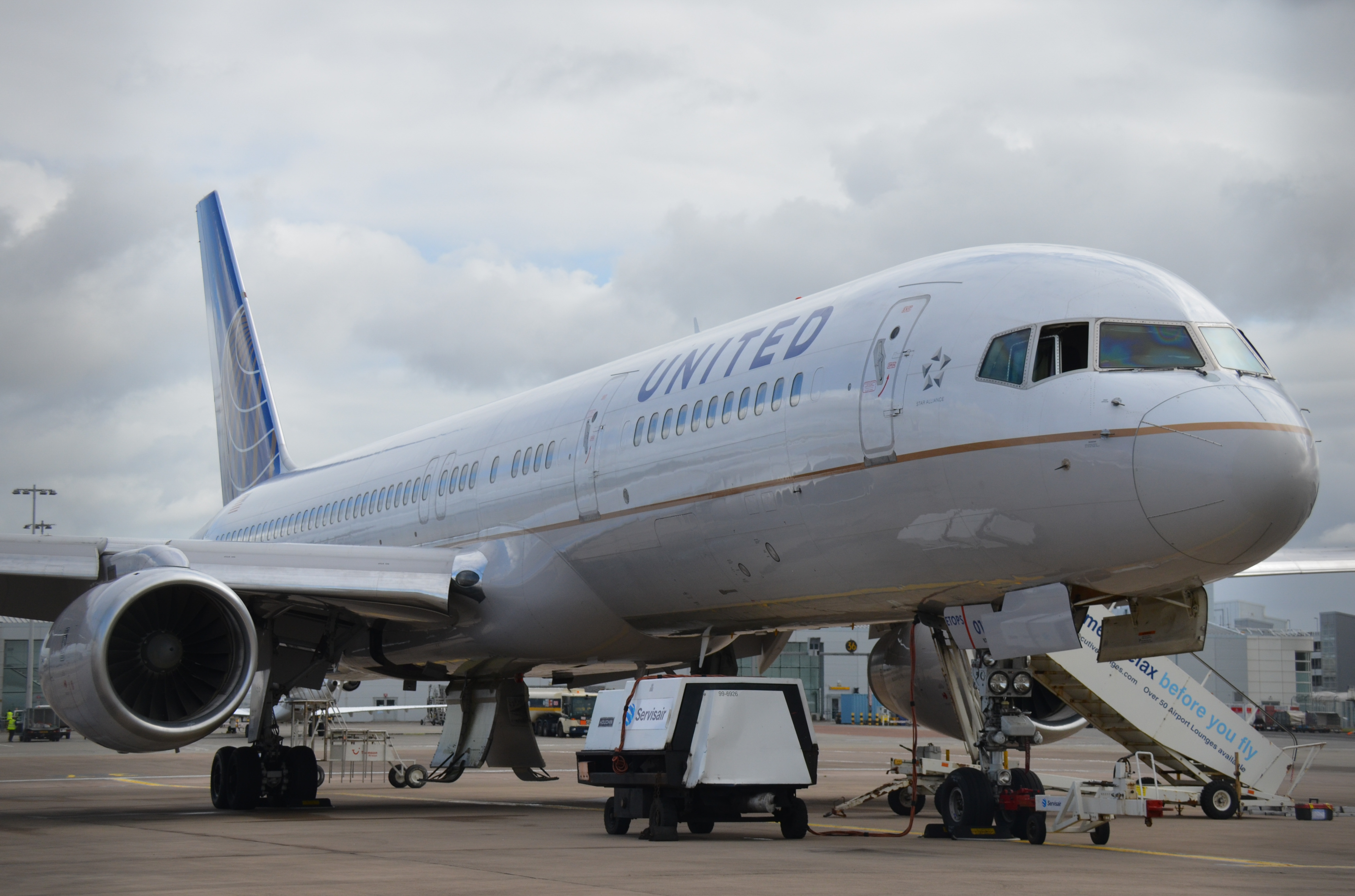 File:Boeing 757-200 (United Airlines) Glasgow Airport