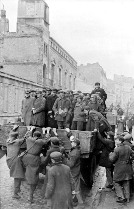 File:Bundesarchiv Bild 101I-134-0766-23A, Polen, Ghetto Warschau, Juden auf LKW.jpg - Wikimedia Commons