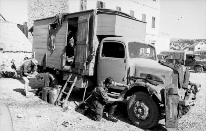 Bundesarchiv Bild 101I-177-1451-19A, Griechenland, LKW mit Kastenaufbau.jpg