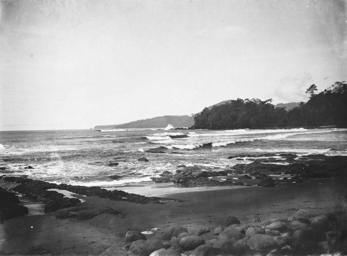 File:COLLECTIE TROPENMUSEUM Gezicht over het strand en de golven in de Wijnkoops-baai TMnr 60027528.jpg