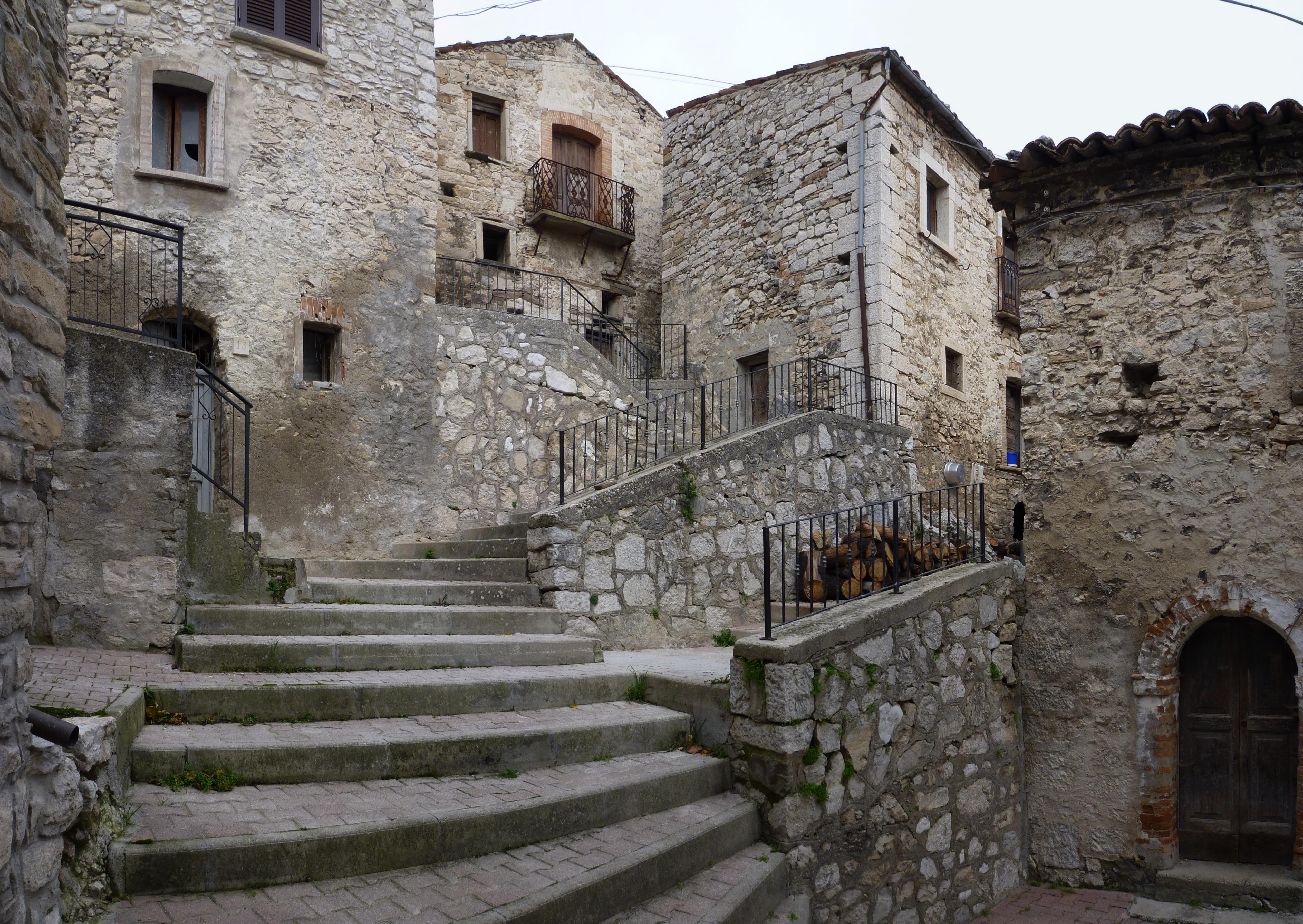 File:Centro storico Montelapiano.JPG - Wikimedia Commons