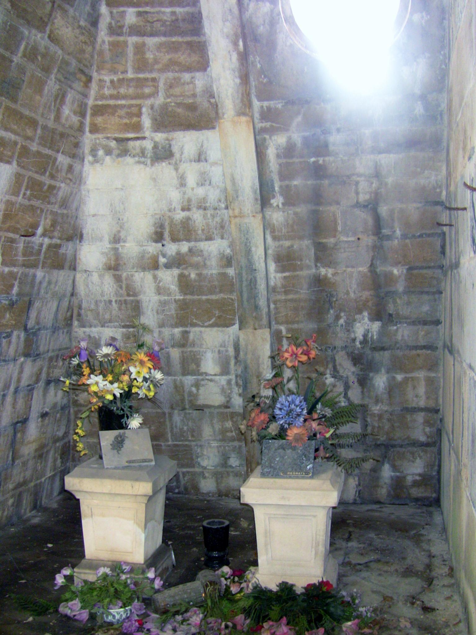 filecimetire juif de besanon intrieur pyramidejpg