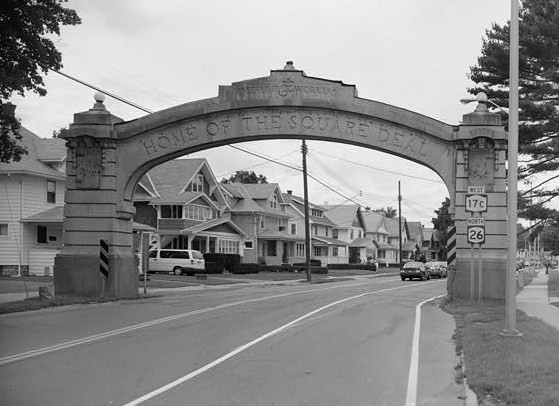 Fichye:Endicott-Johnson Workers Arch, approximately 250' east of intersection of Bridge, Endicott (Broome County, New York).jpg