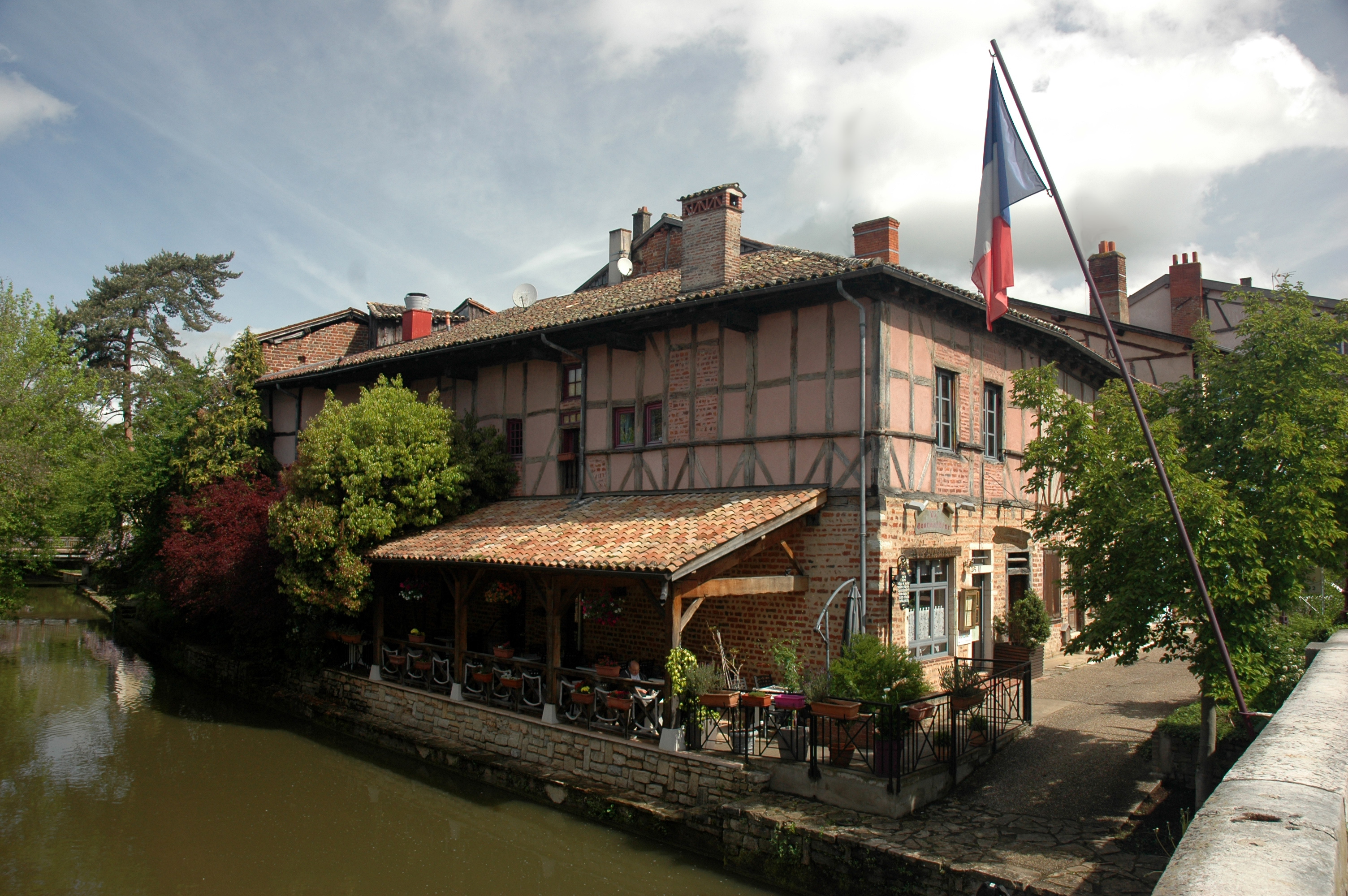 https://upload.wikimedia.org/wikipedia/commons/f/ff/France_ARA_01_Chatillon_sur_Chalaronne_02.jpg