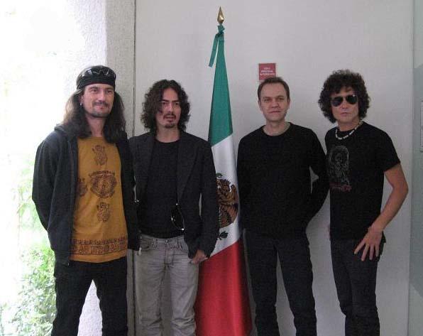 Héroes del Silencio en 2008; el grupo volvió a reunirse en 2007 para realizar una gira.