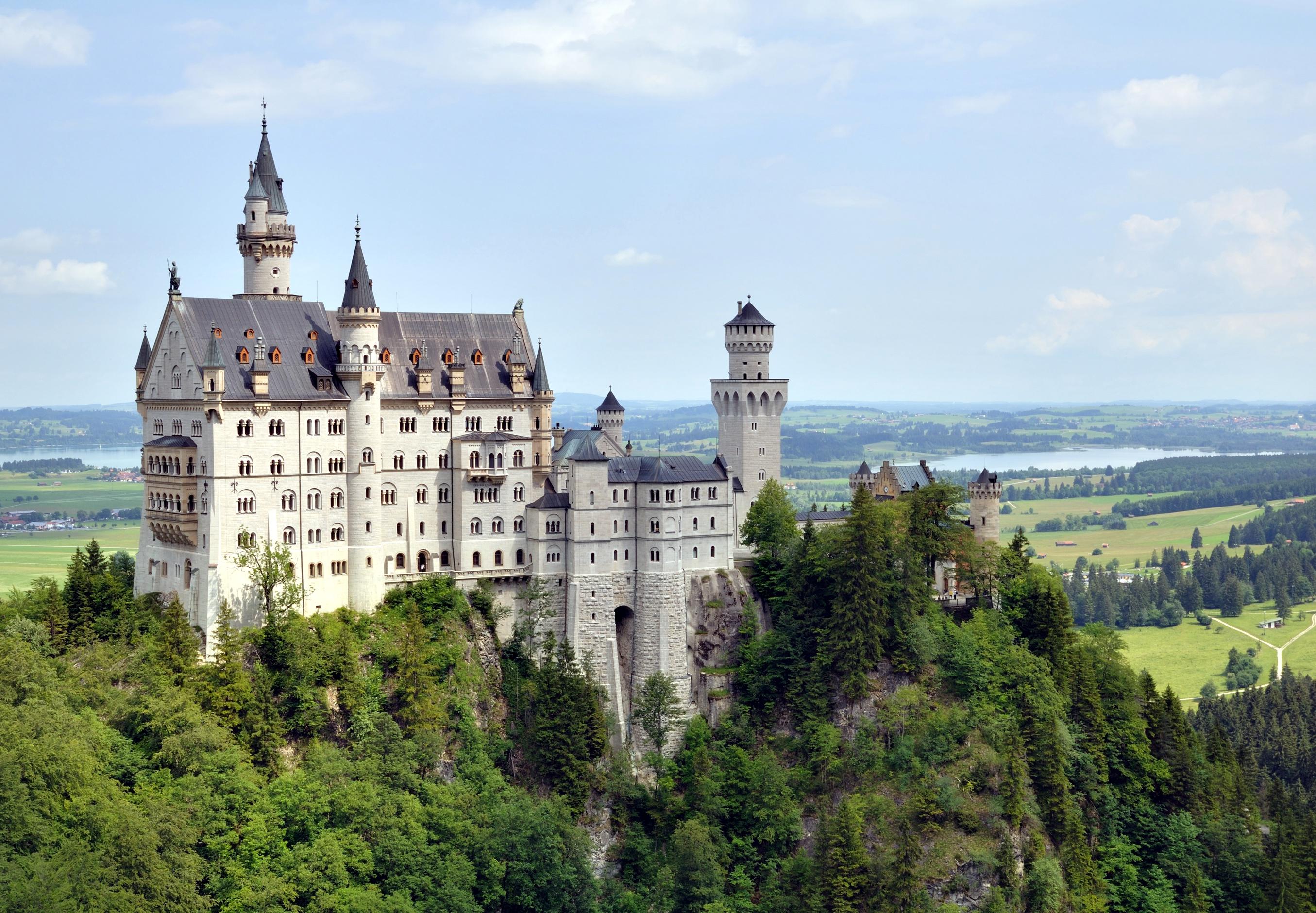https://upload.wikimedia.org/wikipedia/commons/f/ff/Hohenschwangau_-_Schloss_Neuschwanstein1.jpg