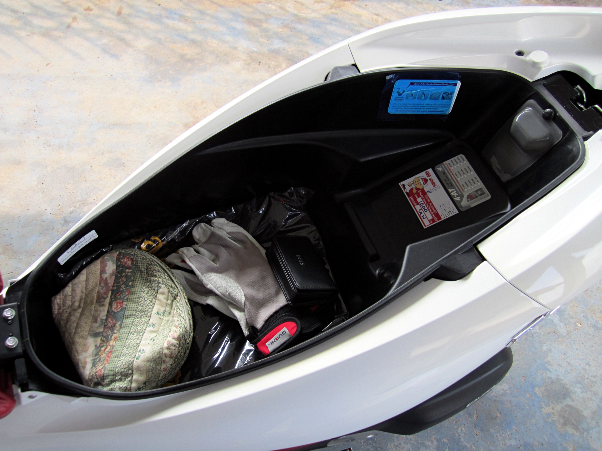 Description Honda PCX150 2013 Storage.JPG