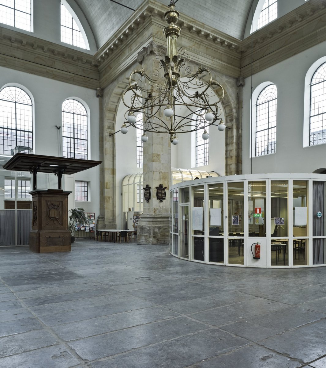 File interieur overzicht preekstoel en glazen units for Interieur amsterdam