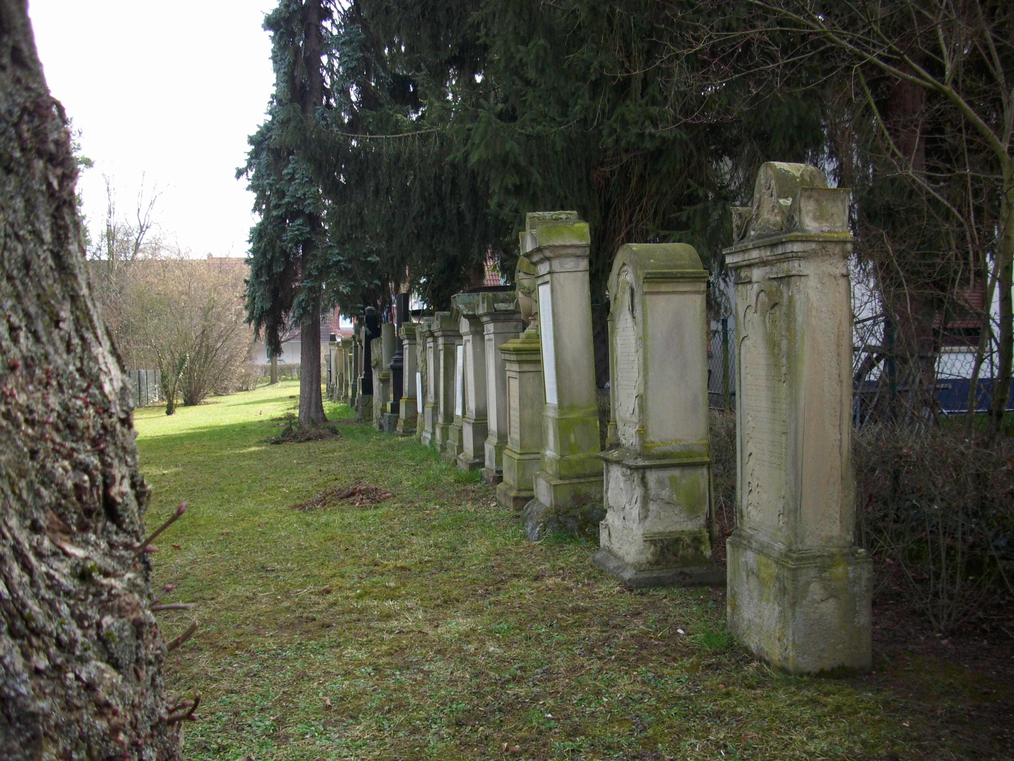 https://upload.wikimedia.org/wikipedia/commons/f/ff/J%C3%BCdischer_Friedhof_Hechtsheim_3.JPG