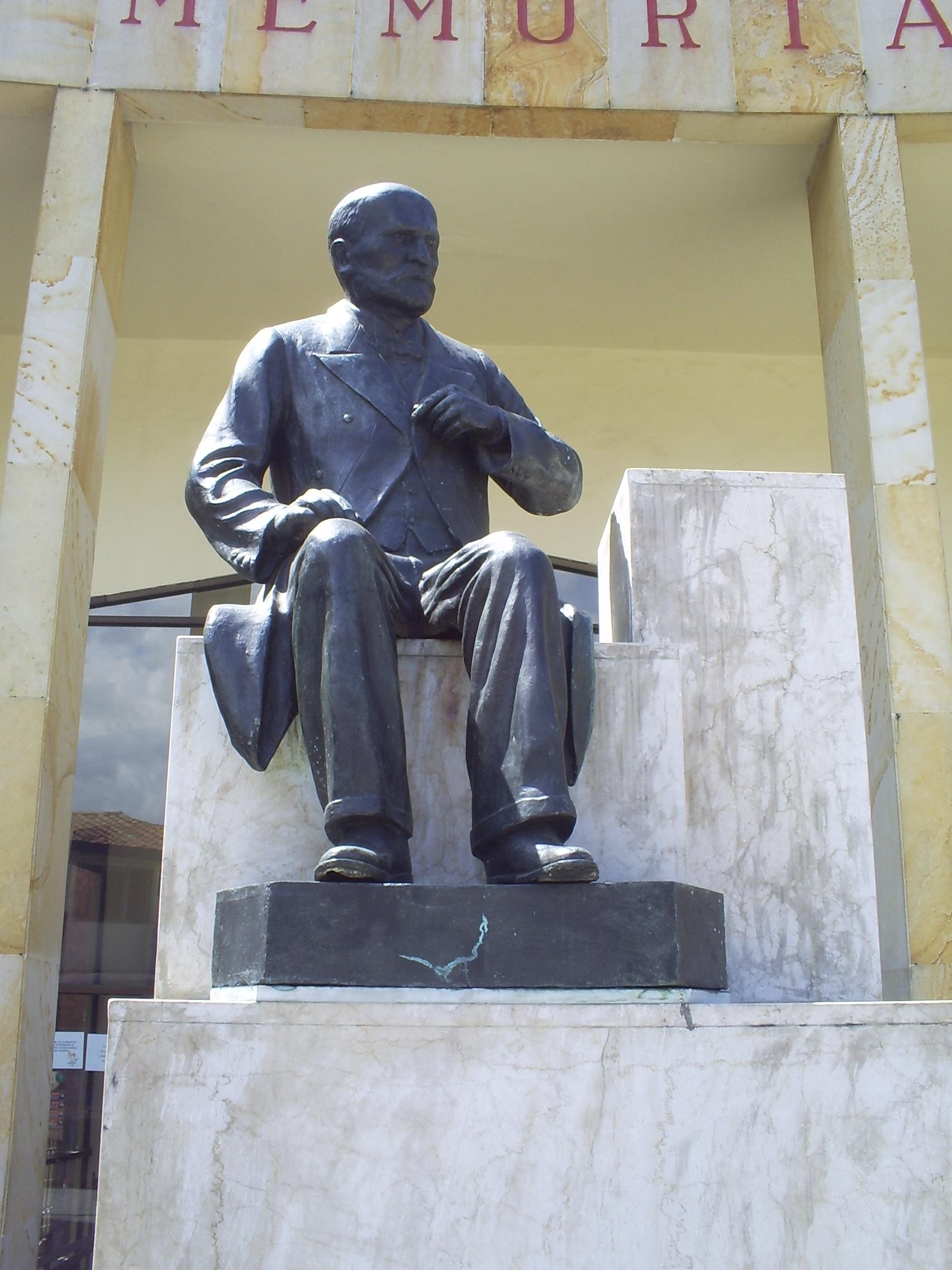 File:Monumento Nacional a Don Marco Fidel Suarez(2)-Bello.JPG ...