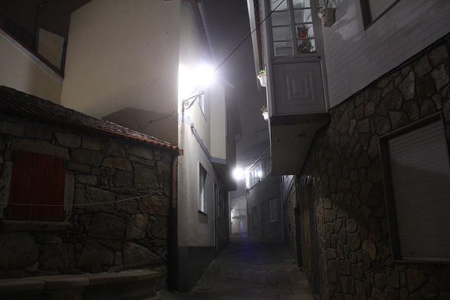 File:Oporto. Calle típica del barrio del puerto 02.jpg