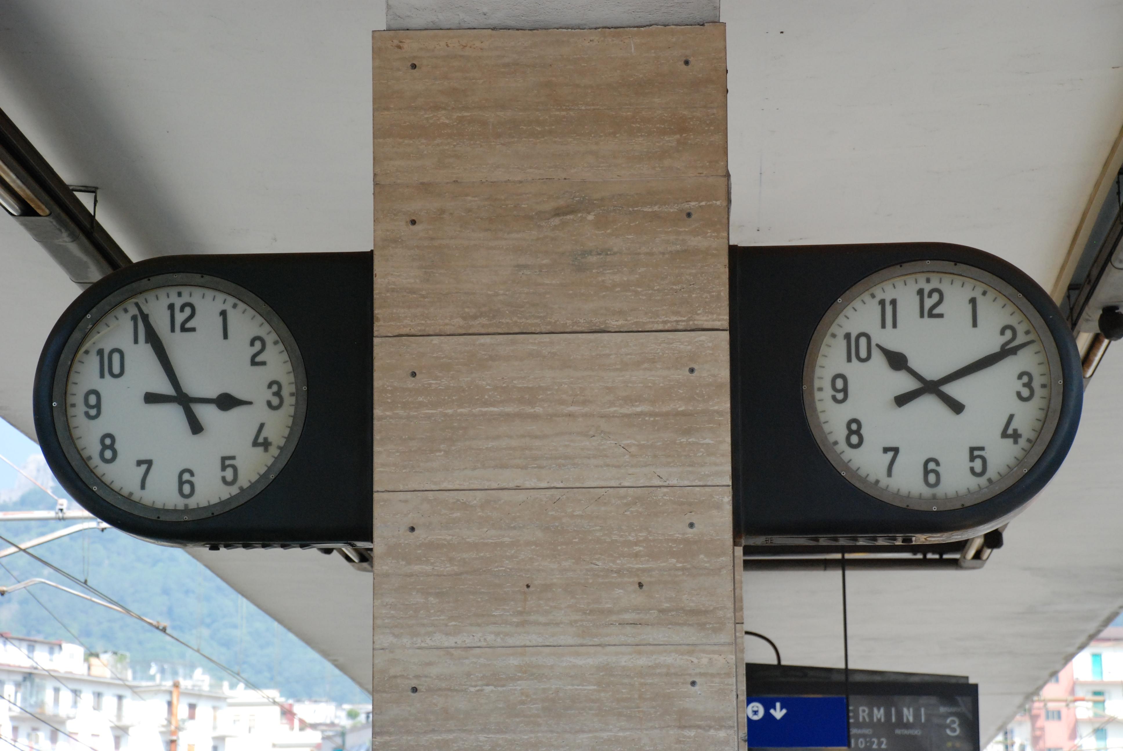 File orologi stazione wikimedia commons for Orologio da stazione