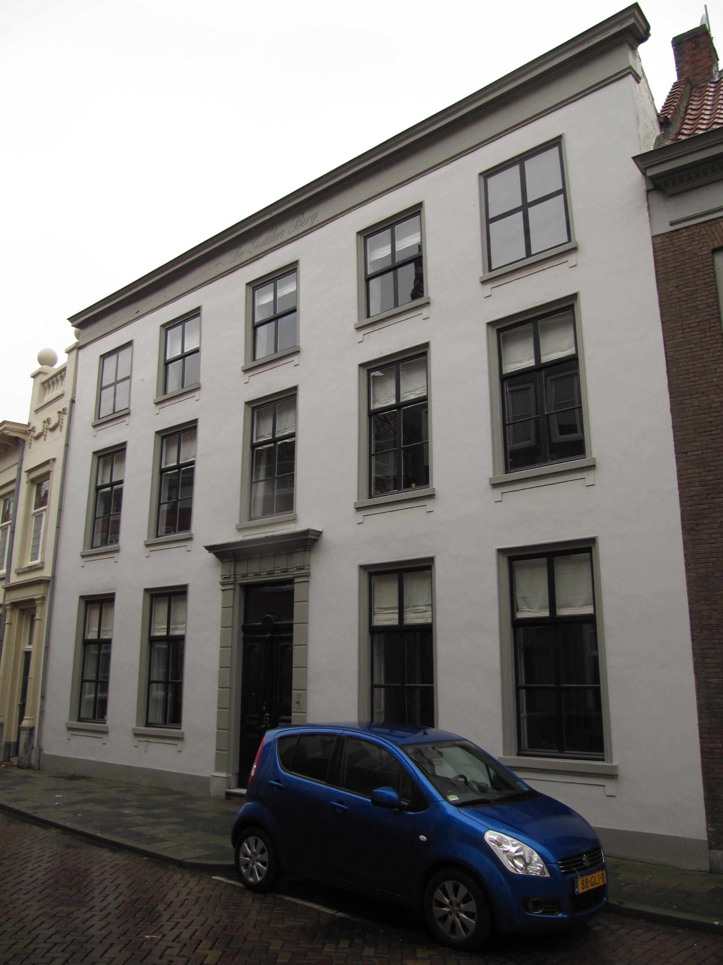 Huis met empire lijstgevel ingang met geblokte pilasters en kroonlijstje met triglyphen in - Huis ingang ...