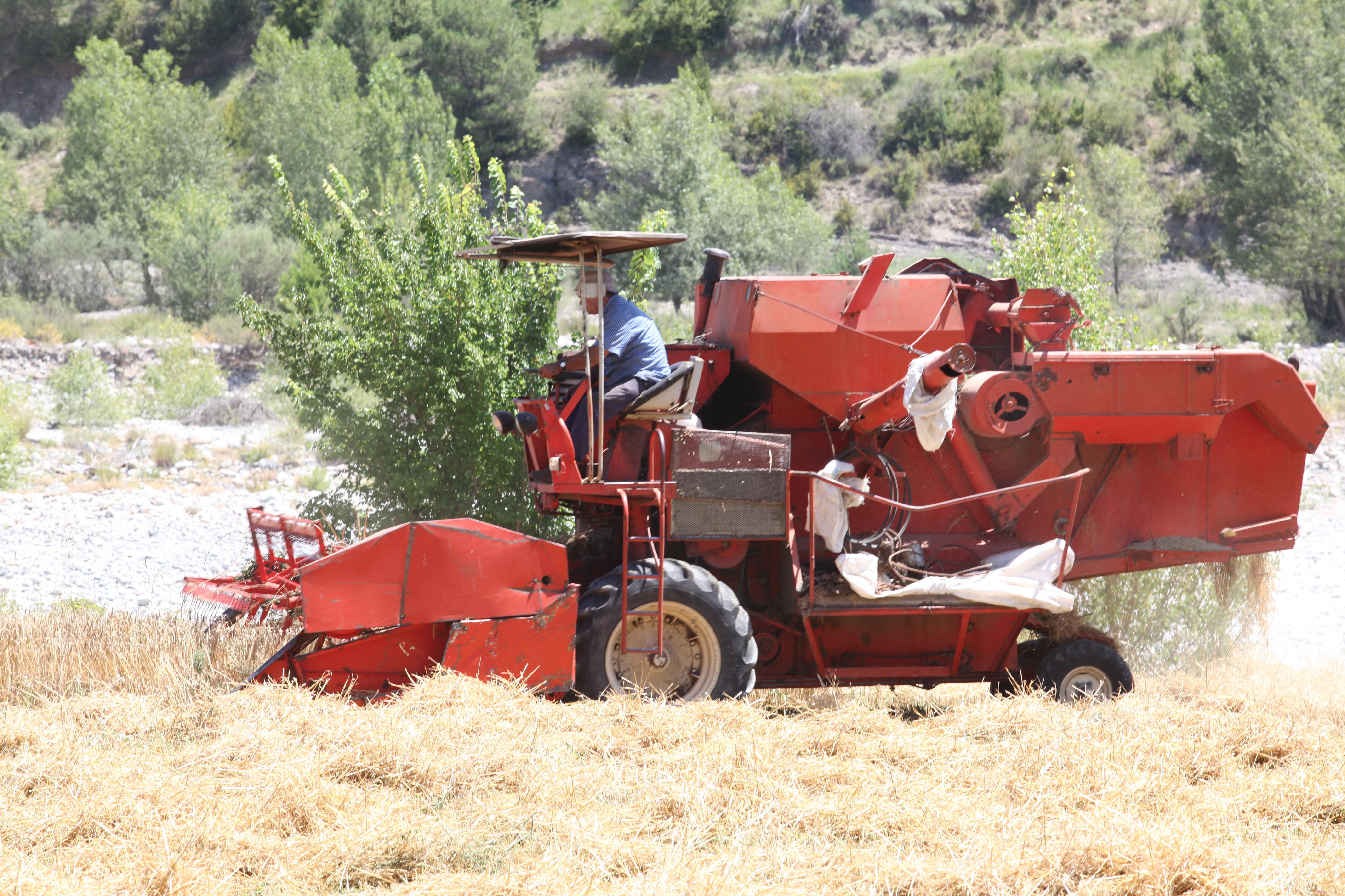 File:Red combine harvester 1.jpg