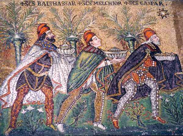 Ya vienen los Reyes Magos: una breve historia de Sus Majestades: Mosaico de la iglesia de san Apolonio en Rávena que muestra a los tres Magos siguiendo la Estrella de Belén. Destaca que llevan gorro frigio y no corona, puesto que aún no se hablaba de su condición de Reyes.
