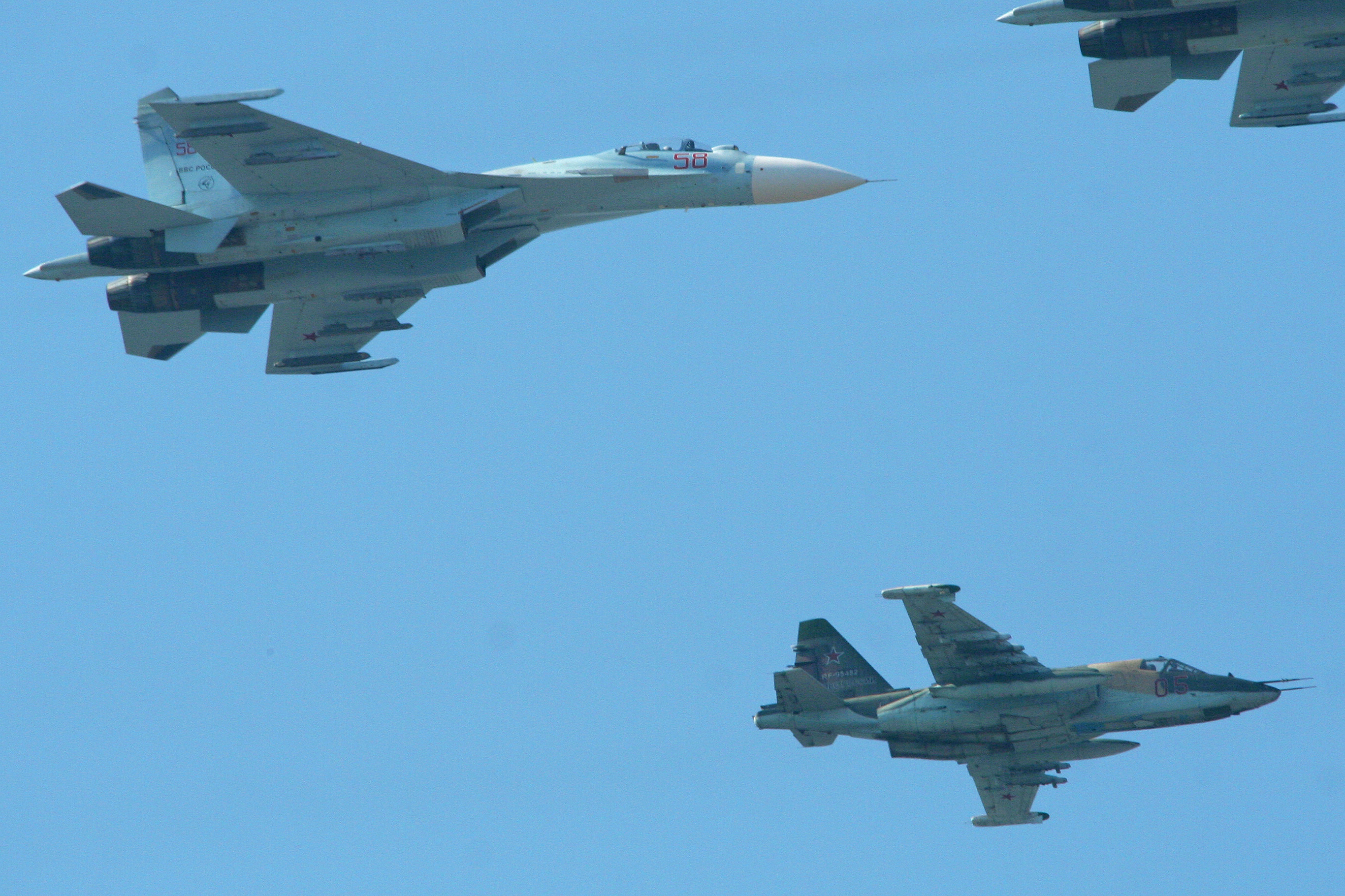 http://upload.wikimedia.org/wikipedia/commons/f/ff/Su-27_Flanker_58_red_%26_Su-25_Frogfoot_05_red_(8623310982).jpg