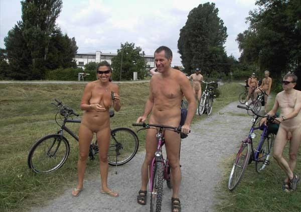 Натуристы на велосипедной прогулке
