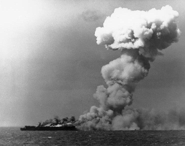 Kapal induk Princeton terbakar di timur Luzon, Filipina, 24 Oktober 1944.