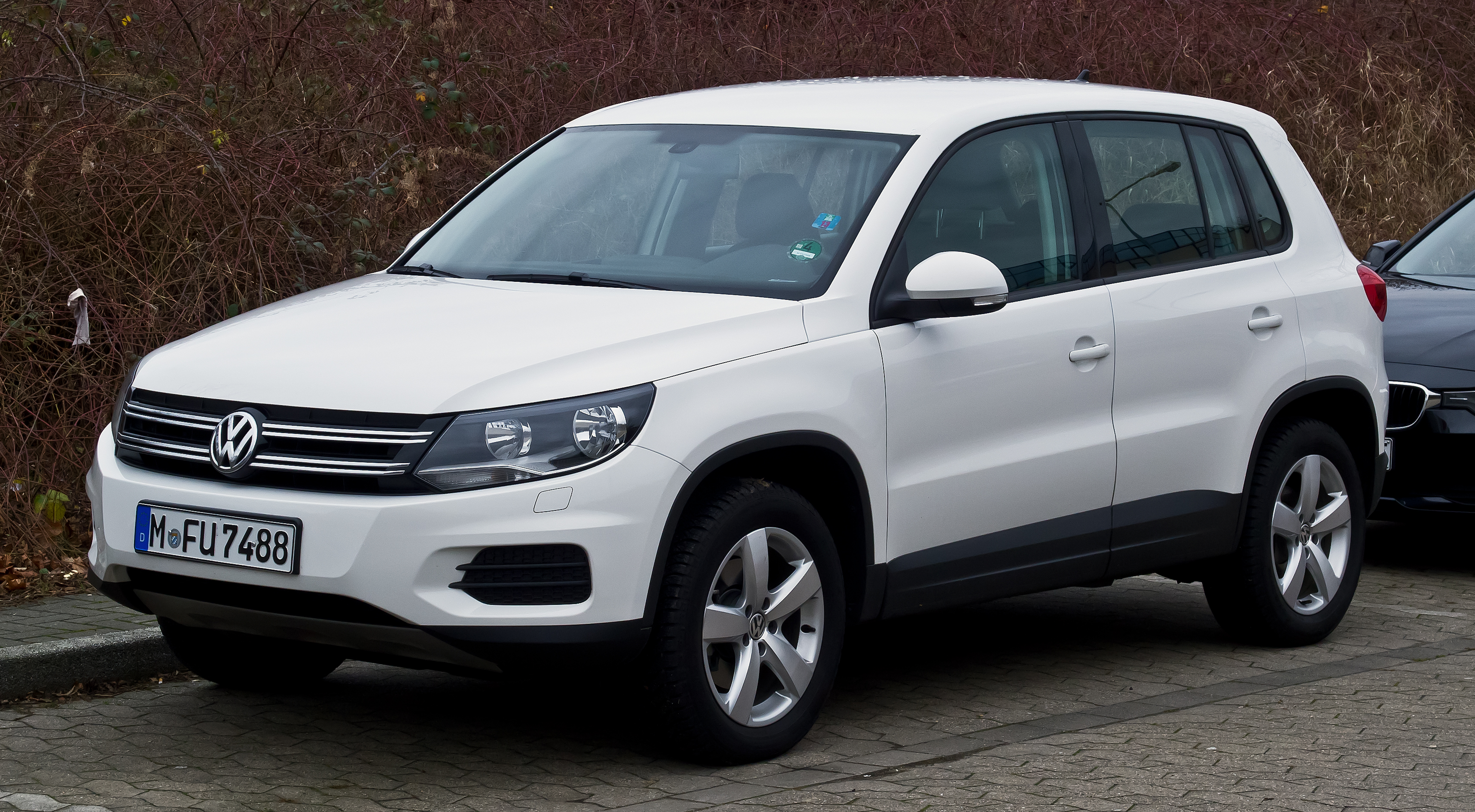 file vw tiguan track field facelift frontansicht 31 dezember 2012. Black Bedroom Furniture Sets. Home Design Ideas