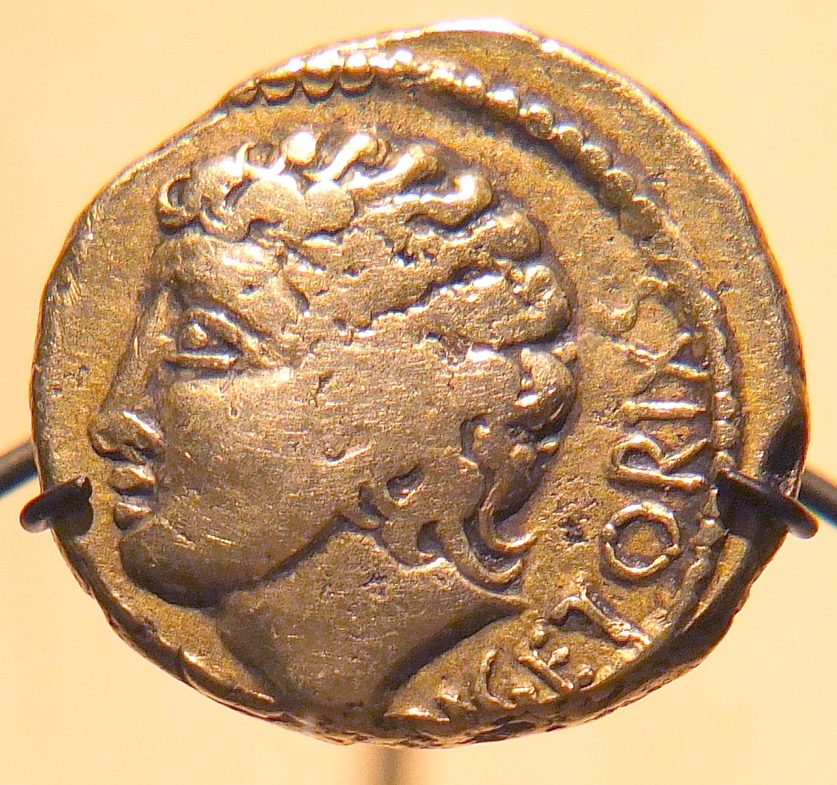 Statère d'or de -52, issu du trésor de Pionsat, Puy-de-Dôme, au nom de Vercingétorix, mais figurant probablement le dieu Apollon - musée d'archéologie nationale[1].