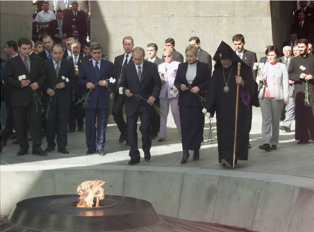 http://upload.wikimedia.org/wikipedia/commons/f/ff/Vladimir_Putin_in_Armenia_14-15_September_2001-5.jpg