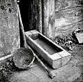 """""""Lakou?nca"""" (lakovnica), dva drešnka in košek pred hramom na Černeškem Vrhu 1956.jpg"""