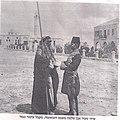 (שיח' סעיד אבן סאלמה משבט העזאמזה, מקבל עיטור כבוד מידי השליט התורכי, אכרם פחה. (1907 בערך.jpg