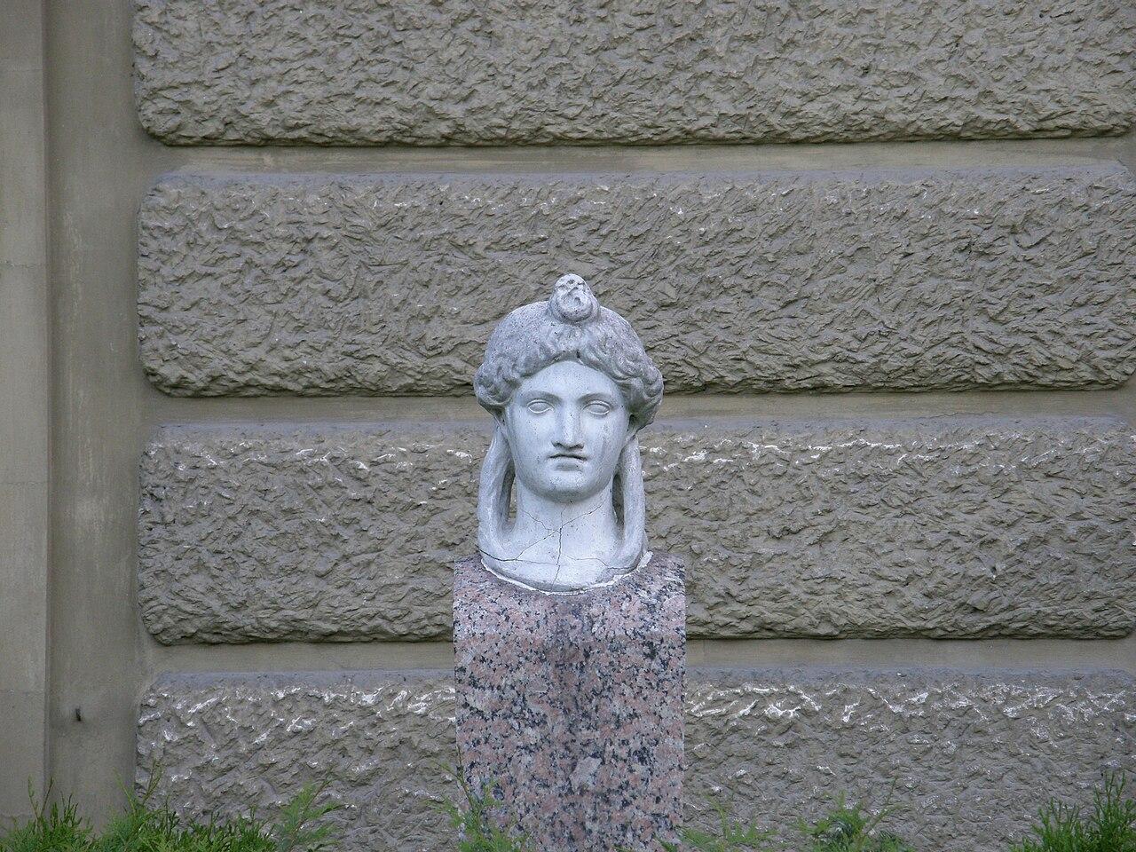 Ланьцутский дворец - Isis head.jpg