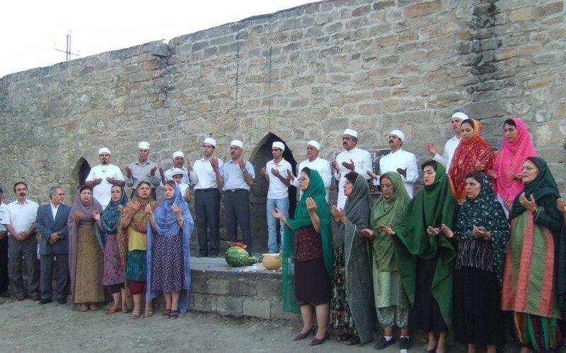 Иранские зороастрийцы в Атешгяхе во главе с мобедом Курошем Никнамом