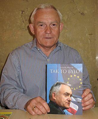 Leszek Miller - Leszek Miller with his book (2009)