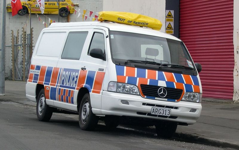 Datei:1999-2004 Mercedes-Benz MB140D van (New Zealand Police) 01.jpg