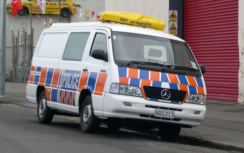 Datei:1999-2004 Mercedes-Benz MB140D van (New Zealand Police) 01.jpg
