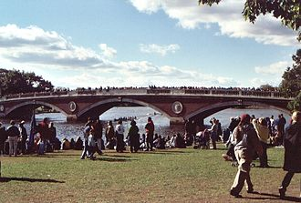Head of the Charles Regatta - Image: 2002 10 20 Head Of The Charles crowds