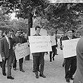 200 Taxichauffeurs staken, met leuzen trokken zij langs d kantoren, Bestanddeelnr 918-1987.jpg